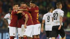 Indosport - Selebrasi para pemain AS Roma usai mengalahkan Parma.