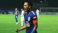 Indosport - Hari Nur Yulianto melakukan selebrasi usai cetak gol ke gawang Persija Jakarta.