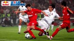 Xabi Alonso saat akan mengeksekusi bola dan pemain AC Milan berusaha menggagalkannya di final Liga Champions.