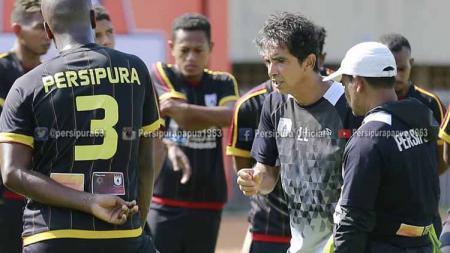 Luciano Leandro saat memberikan instruksi kepada anak asuhnya dalam sesi latihan di Stadion Mandala. Foto: Media Officer Persipura - INDOSPORT