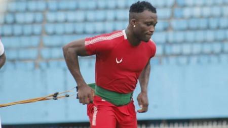 Gelandang klub Liga 1, Persipura, Ibrahim Conteh, tak bisa menyelamatkan Sierra Leone dari kekalahan 0-1 melawan Benin di ajang Kualifikasi Piala Afrika, Minggu (17/11/19). - INDOSPORT