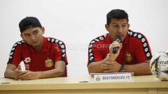 Indosport - Pelatih Alfredo Vera dan Dendy Sulistyawan pada jumpa pers Bhayangkara FC jelang laga Liga 1 lawan Barito Putera di stadion Patriot, Bekasi, Senin (27/05/19). Foto: Herry Ibrahim/Herry Ibrahim