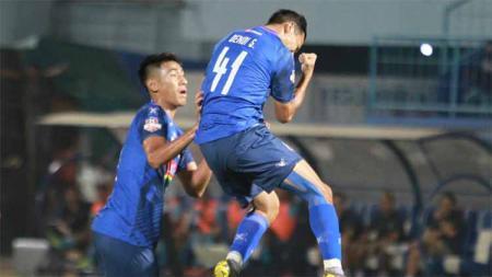 Selebrasi Pemain Arema FC, Dendi Santoso cetak gol ke gawang Persela Lamongan. Foto: Instagram@aremafcofficial - INDOSPORT