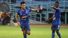 Indosport - Selebrasi Pemain Arema FC, Dedik Setiawan usai cetak gol ke gawang Persela Lamongan di Liga 1 2019. Foto: Instagram@aremafcofficial