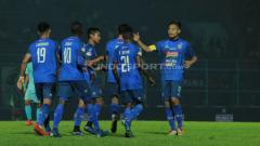 Indosport - Selebrasi para pemain Arema FC usai mengalahkan Persela. Ian Setiawan/INDOSPORT.COM