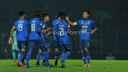 Selebrasi para pemain Arema FC usai mengalahkan Persela. Ian Setiawan/INDOSPORT.COM - INDOSPORT