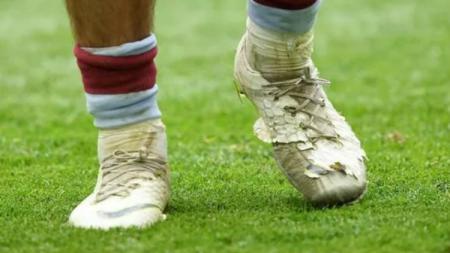 Sepatu Butut Jack Grealish di laga final playoff Championship Aston Villa vs Derby Coutry, Senin (27/05/19). - INDOSPORT