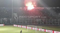Indosport - Laga Arema FC vs Persela diwarnai aksi tak terpuji berupa Flare