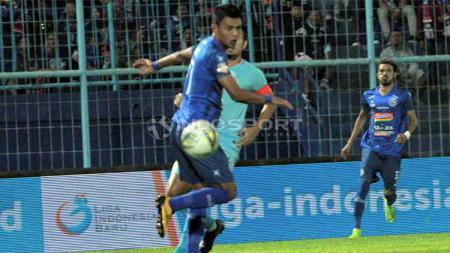 Striker Arema FC, Dedik Setiawan, lebih memilih untuk fokus menghabiskan sisa durasi waktu pada kontraknya meski telah ditawari agen asing di tengah ketidakpastian Liga 1. - INDOSPORT