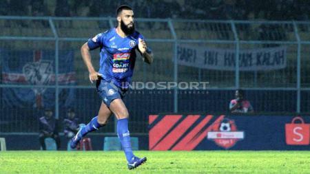 Sylvano Comvalius saat melawan Persela Lamongan, dinilai masih perlu adaptasi lagi bersama Arema FC. Foto: Ian Setiawan/INDOSPORT - INDOSPORT