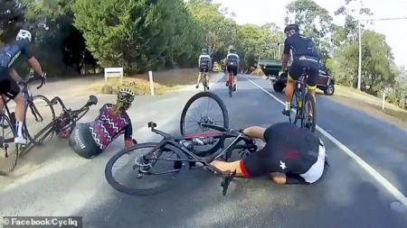 Pesepeda Terjatuh karena Mobil yang Hendak Berbelok - INDOSPORT