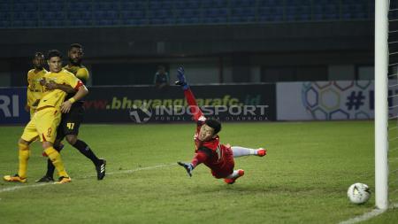 Muhammad Riyandi berusaha menghalau bola yang meluncur ke dalam gawangnya. FOTO: Herry Ibrahim/INDOSPORT - INDOSPORT
