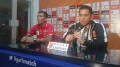 Indosport - Jan Saragih (kiri) berharap suporter Perseru Badak Lampung FC bisa menjaga sikap dalam laga melawan PSIS Semarang.
