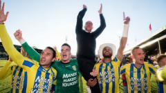 Indosport - Selebrasi Ezra Walian bersama pemain RKC Waalwijk usai pastikan promosi ke Eredivisie Belanda, rabu (29/05/19).
