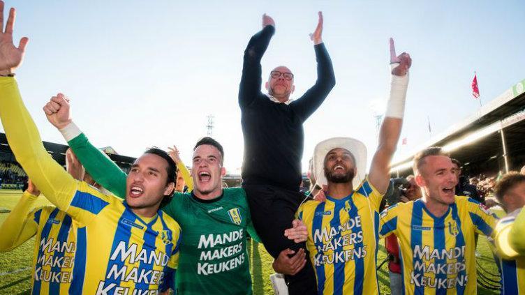 Selebrasi Ezra Walian bersama pemain RKC Waalwijk usai pastikan promosi ke Eredivisie Belanda, rabu (29/05/19). Copyright: www.volkskrant.nl