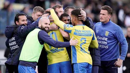 Ezra Walian (paling kiri) ikut merayakan kemenangan timnya RKC Waalwijk usai mengalahkan Go Ahead Eagles di The Adelaarshorst. Geert van Erven/Soccrates/Getty Images