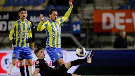 Ezra Walian berusaha merebut bola dari pemain SC Cambuur di Mandemakers Stadium. Erwin Spek/Soccrates/Getty Images - INDOSPORT