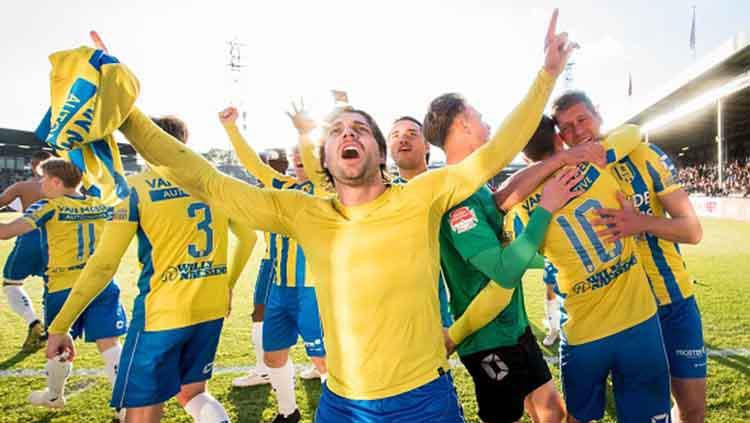 Perayaan kemenangan sekaligus promosi ke Eredivisie Liga Belanda usai kalahkan Go Ahead Eagles di stadion De Adelaarshorst. VI Images via Getty Images Copyright: VI Images via Getty Images