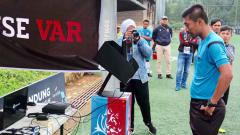 Indosport - Tomy Sarwanto wasit Bandung Premier League.