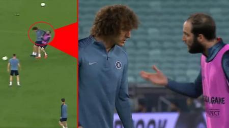 David Luiz dan Gonzalo Higuain tengah adu mulut. - INDOSPORT