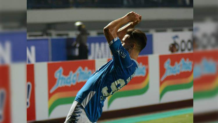 Selebrasi memancing eks Persib Bandung Jonathan Bauman. Copyright: persib.co.id