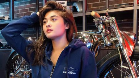 Presenter cantik, Fina Phillipe, menyebut nama Lisa Blackpink saat lalui medan off-road dengan mobil. - INDOSPORT