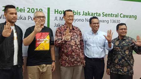 Ferry Indrasjarief (Ketua Umum The Jakmania/Inisiator Gerakan Tribun Tanpa Asap) dan Andritany Ardhiyasa (Kapten Timnas Sepak bola Senior dan Persija Jakarta) jelang hari tanpa tembakau sedunia 2019 - INDOSPORT