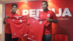 Indosport - Braif Fatari (jebolan Garuda Select) bersama sang kakak Brian Fatari resmi bergabung bersama Persija.