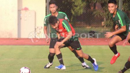 Para pemain Timnas Indonesia menunjukkan permainan menyerang saat menghadapi Filipina di perebutan juara ketiga Merlion Cup 2019. - INDOSPORT