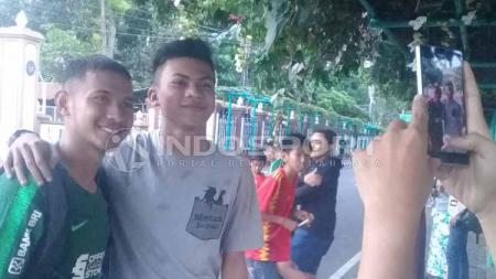Gian Zola (kiri) pemain Timnas Indonesia U-23 foto bersama penggemarnya. - INDOSPORT