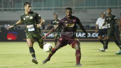 Indosport - Perebutan bola di tengah lapangan