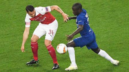 Berita Liga Inggris: N'Golo Kante (kanan) mengungkapkan komitmennya untuk terus bermain bersama Chelsea di tengah-tengah rumor transfer ke Real Madrid. - INDOSPORT