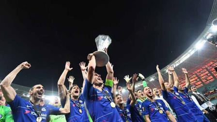 Para pemain Chelsea melakukan selebrasi bersama trofi Liga Europa usai kalahkan Arsenal, 29/05/19. OZAN KOSE/AFP/Getty Images