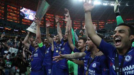 Aksi selebrasi pemain Chelsea bersama trofi Liga Europa usai kalahkan Arsenal, 29/05/19. Resul Rehimov/Anadolu Agency/Getty Images