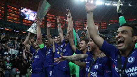 Aksi selebrasi pemain Chelsea bersama trofi Liga Europa usai kalahkan Arsenal, 29/05/19. Resul Rehimov/Anadolu Agency/Getty Images - INDOSPORT