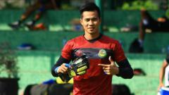 Indosport - Angga Saputra, mantan kiper Tira-Persikabo yang merapat ke Persebaya Surabaya menjelang Liga 1 2020.