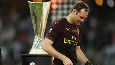 Petr Cech pergi melewati trofi Liga Europa - INDOSPORT