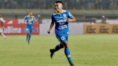Febri Hariyadi merayakan gol saat melawan Persipura Jayapura - INDOSPORT