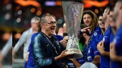 Indosport - Pelatih Chelsea Maurizio Sarri saat merayakan gelar juara Liga Europa 2018/2019, Kamis (30/05/19).