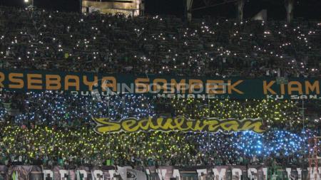 Koreografi dari Bonek di laga Shopee Liga 1 antara Persebaya vs PSIS Semarang, Kamis (30/05/2019). - INDOSPORT
