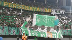 Indosport - Koreografi dari Bonek di laga Shopee Liga 1 antara Persebaya vs PSIS Semarang, Kamis (30/5/19).