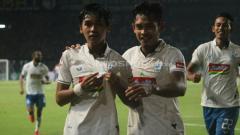 Indosport - Selebrasi Septian David Maulana usai cetak gol ke gawang Persebaya. Ronald Seger/INDOSPORT.COM