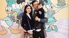 Indosport - Sandra Dewi bersama Suami dan Anaknya yang Tengah Liburan ke Disney
