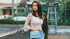 Indosport - Amanda Rawles, aktris cantik asal Indonesia tengah berpose di lapangan tenis