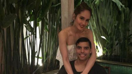 Cinta Laura bersama Frank Garcia berpose bersama dalam sebuah restoran - INDOSPORT