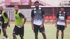 Indosport - Striker Persipura Jayapura, Mamadou Samassa (tengah), saat berlatih bersama rekan-rekannya. Sudjarwo/INDOSPORT