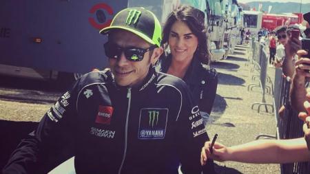 Valentino Rossi saat memboncengi pacarnya, Francesca Sofia Novella naik motor matic di Sirkuit Mugello. - INDOSPORT
