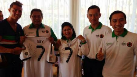 Ani Yudhoyono bersama SBY dan kedua putranya, foto bareng Cristiano Ronaldo. - INDOSPORT