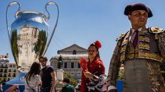 Indosport - Trofi Liga Champions Raksasa di Kota Madrid
