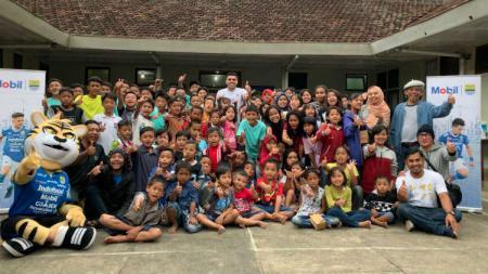 Pemain Persib, Fabiano Beltrame berfoto bersama anak-anak yatim piatu di SOS Children Village Lembang, Kabupaten Bandung Barat. - INDOSPORT